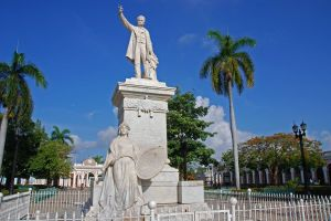 35 Cuba - Cienfuegos - Parque Jose Marti - Jose Marti Statue